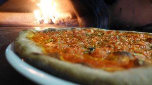 Pizza på Medelhavets kolgrill